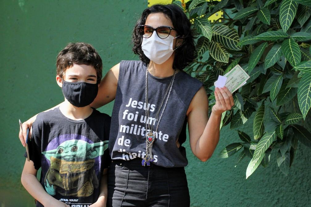 Maria Ribeiro leva o filho para votar no Rio de Janeiro — Foto: Daniel Delmiro/AgNews