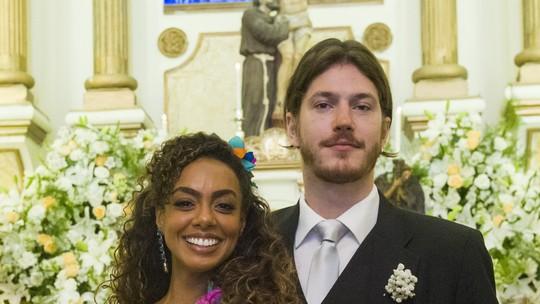 Web vibra com casamento de Quinzinho e Dandara em 'Verão 90'; reveja a cena