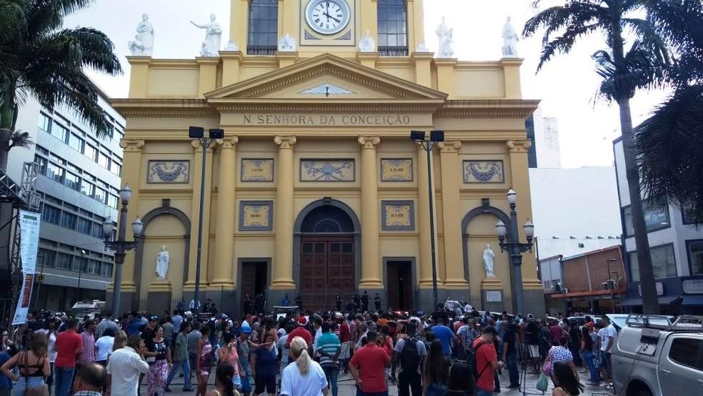 Multidão na frente da Catedral, em Campinas — Foto: Fernando Evans / G1