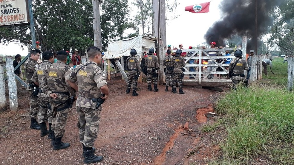 Policiais militares estão no local em apoio aos Oficiais de Justiça, em Francisco Sá. (Foto: Polícia Militar/Divulgação)