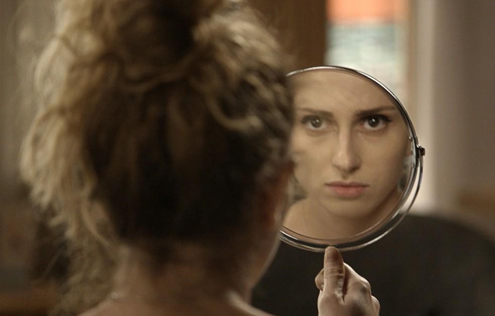 Mas será que Ivana vai se reconhecer diante do espelho? — Foto: TV Globo