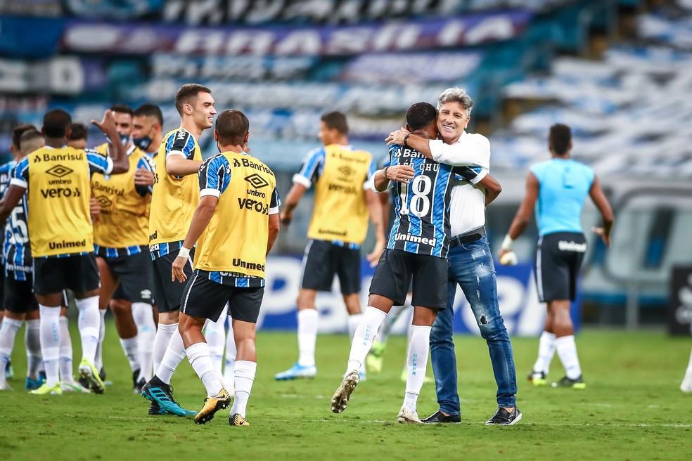 Renato Portaluppi abraça Léo Chú após atacante garantir vitória do Grêmio — Foto: Lucas Uebel/Grêmio FBPA