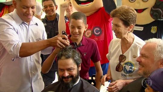 Crianças raspam cabelos de policiais rodoviários federais em ação pelo Dia de Combate ao Câncer Infantil