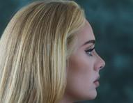 """Com o single """"Easy On Me"""", Adele alcança o topo das paradas musicais"""
