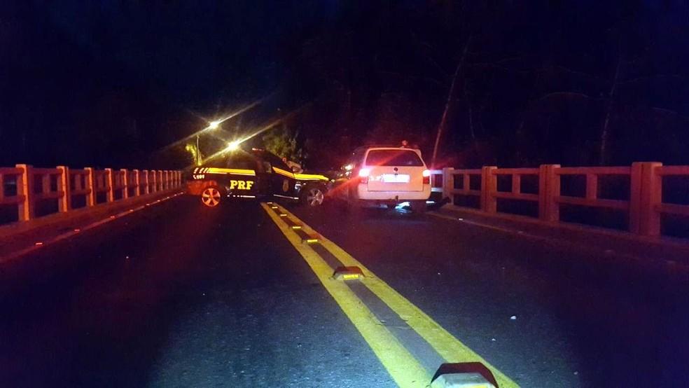 Motorista tentou fazer retorno ao ver barreira da PM e acabou batendo em Parati (Foto: PRF/Divulgação)