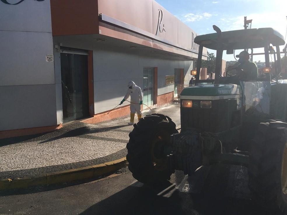 Higienização teve início nesta quinta-feira (26), em Adamantina — Foto: Carlos Volpi/TV Fronteira