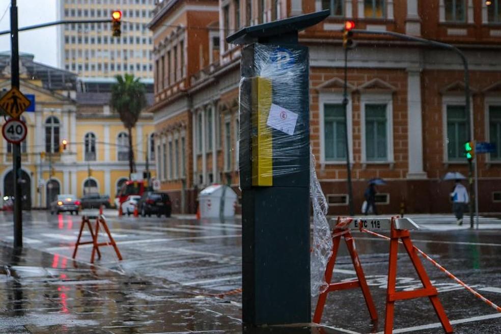 Parquímetros fora das áreas permitidas estão bloqueados em Porto Alegre — Foto: Alex Rocha/PMPA