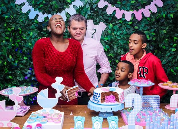 Angélica Ramos entre o marido, o empresário francês Laurent Mougeot, e os filhos Luiz Otávio e Vinícius (Foto: Thiago Duran/AgNews )