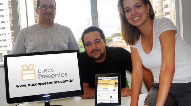 O desenvolvedor do site, junto de Cantão e Gabriela investem em soluções personalizadas na busca de presentes (Foto: Arquivo pessoal)