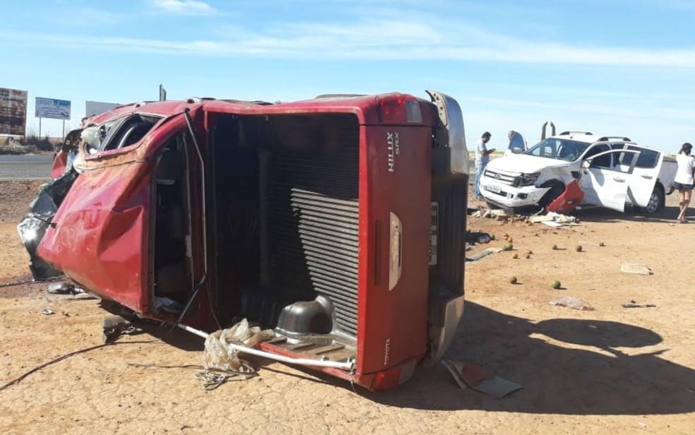 Caminhonete capotou após colisão (Foto: Blog do Sigi Villares)