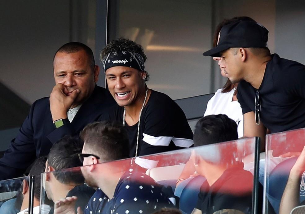Neymar ao lado do pai, durante jogo do PSG — Foto: REUTERS/Christian Hartmann