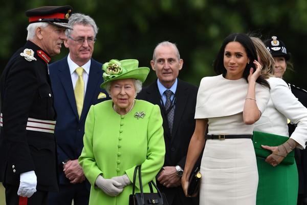 A rainha Elizabeth 2ª e a atriz Meghan Markle em um evento realizado no Norte da Inglaterra (Foto: Getty Images)