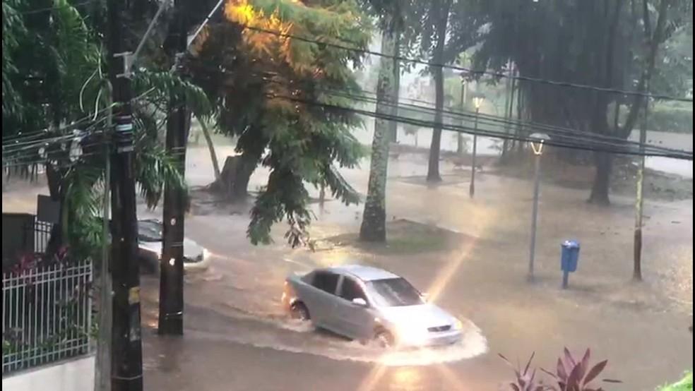 No bairro da Jaqueira, Praça na Rua Hoel Sette ficou alagada na manhã desta quinta (13) — Foto: Reprodução/WhatsApp