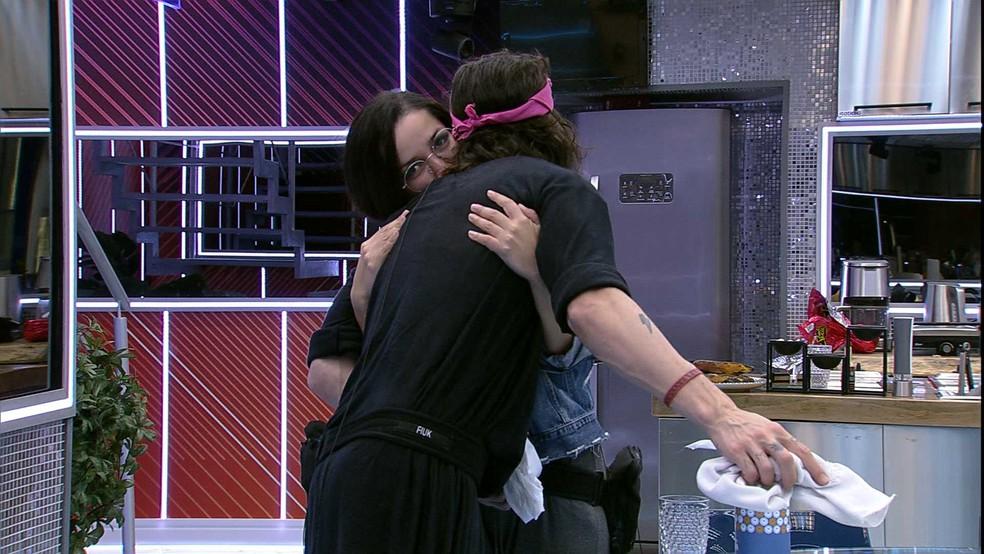 Juliette abraça Fiuk na cozinha — Foto: Globo