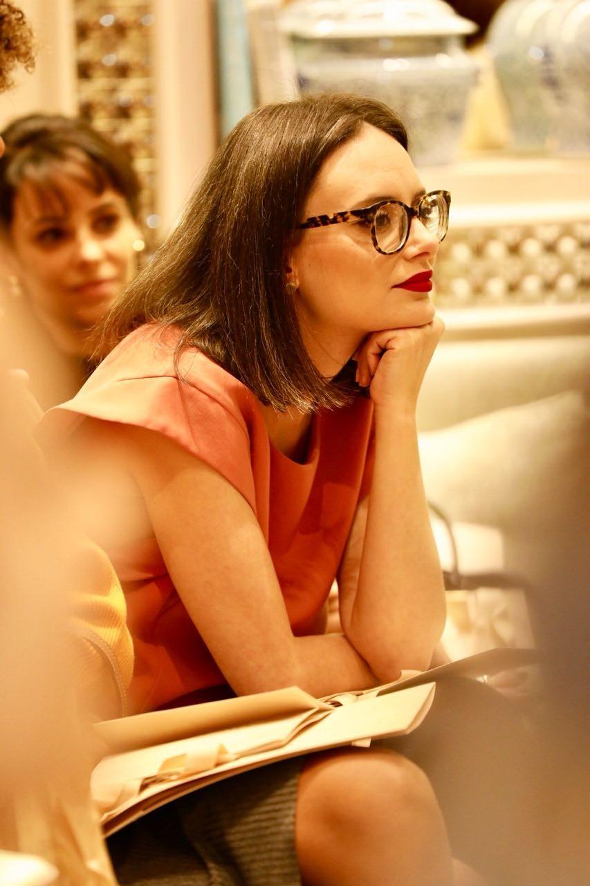 Vânia Goy, editora de beleza, atenta ao bate-papo (Foto: Mariana Pekin)