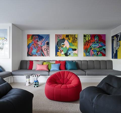 Coleção de arte é protagonista nesta casa colorida à beira-mar