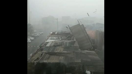 VÍDEO: Vento arranca telhas de casa em Lauro de Freitas; chuva causou alagamento, queda de árvores e desabamento de muros