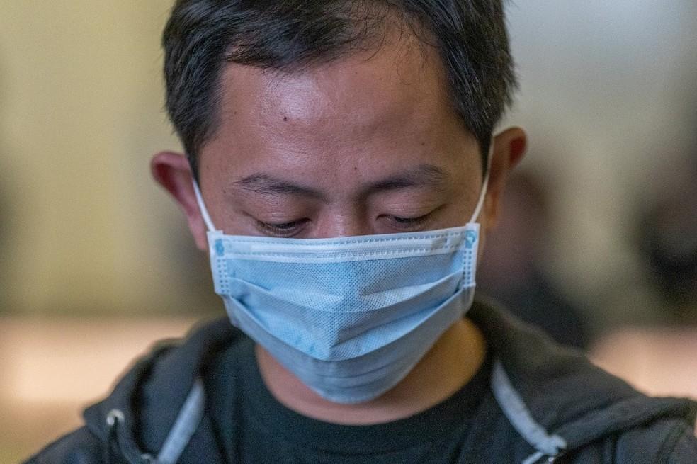 Passageiro no aeroporto internacional de Los Angeles com uma máscara para se proteger do coronavírus, em 2 de fevereiro de 2020 — Foto: David Mcnew / Getty Images North America / AFP