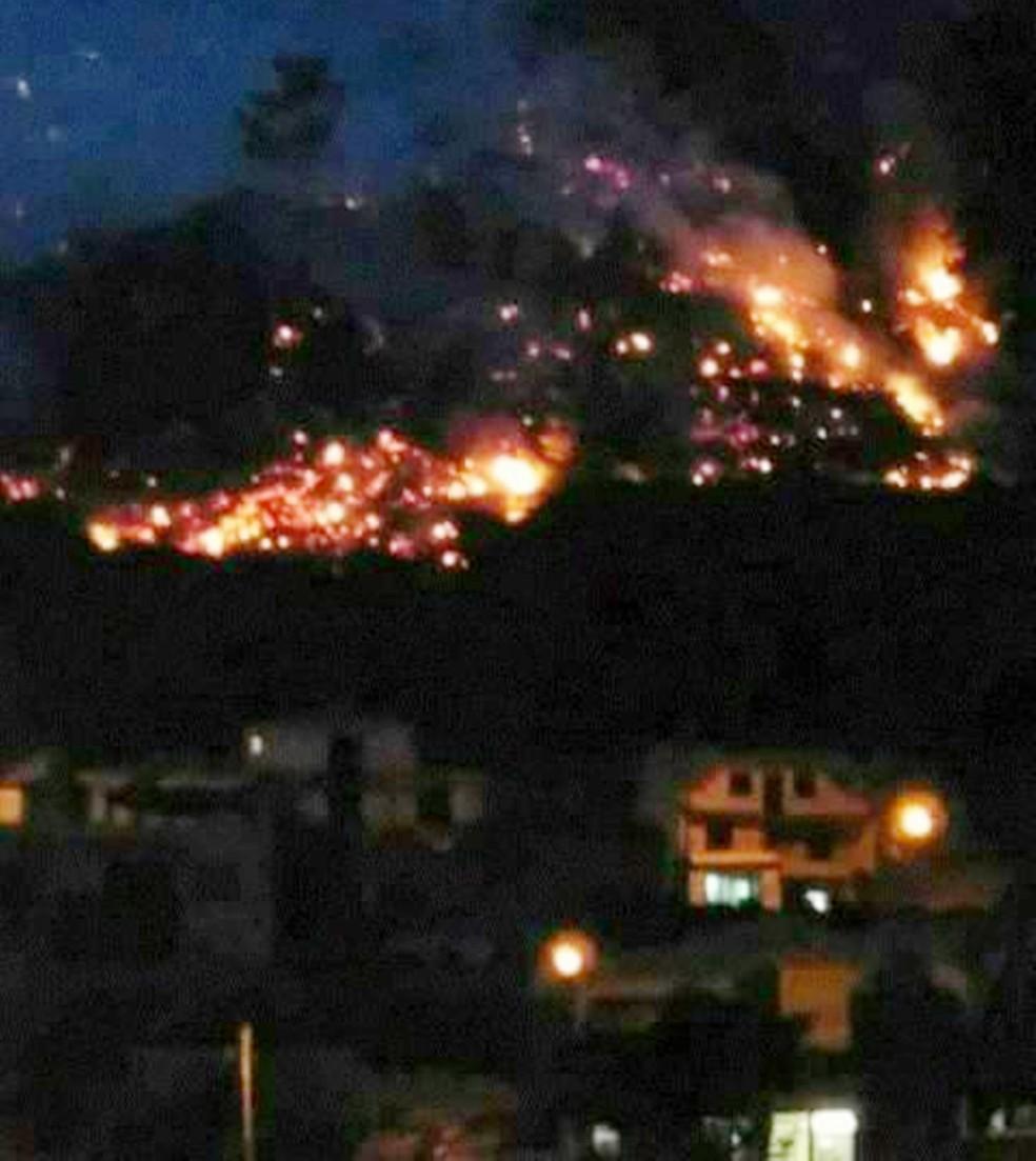 Chamas de alastraram pela serra da cidade de Serrinha, na região Agreste potiguar (Foto: Divulgação/PM)