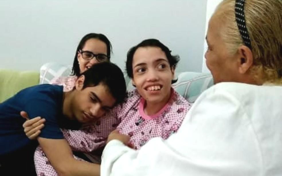Linda Mar Miranda com os filhos Rebeca, Davi e Ester — Foto: Luiza Garonce/G1
