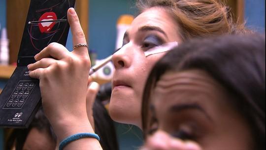 Ana Clara usa esparadrapos para não borrar a maquiagem