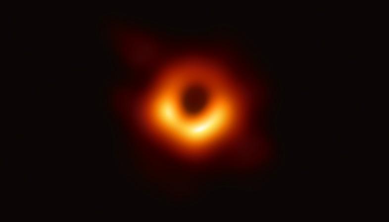 Pela primeira vez na história, imagem de um buraco negro é divulgada (Foto: Event Horizon 'Scope / Twitter)