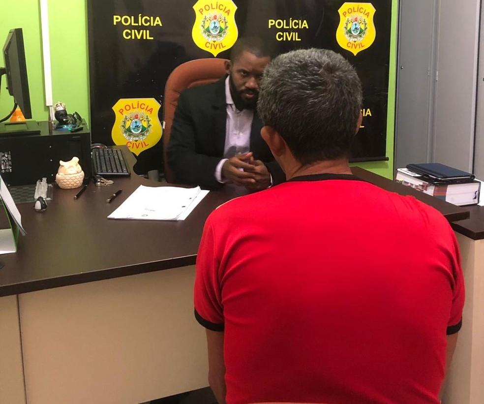 Homem foi ouvido pelo delegado Samuel Mendes, em Acrelândia, interior do Acre — Foto: Divulgação/Polícia Civil do Acre