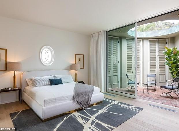 Em um dos quartos, a parte dos armários é iluminada por uma janela redonda no teto (Foto: MLS/ Reprodução)
