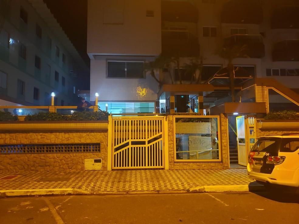 Mulher teria jogado a criança do 2º andar de um prédio — Foto: Reprodução/Praia Grande Mil Grau