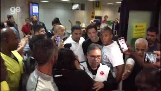Festa e ansiedade: Anderson Martins chega ao Rio nos braços dos vascaínos