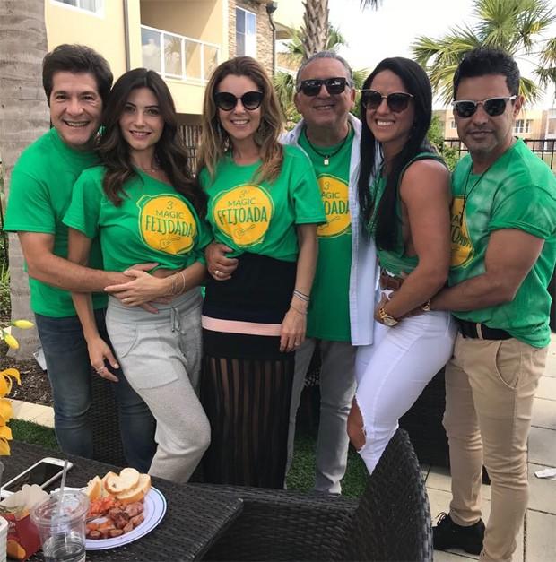 Graciele Lacerda e Zezé Di Camargo comem feijoada com amigos em Orlando (Foto: Reprodução/Instagram)