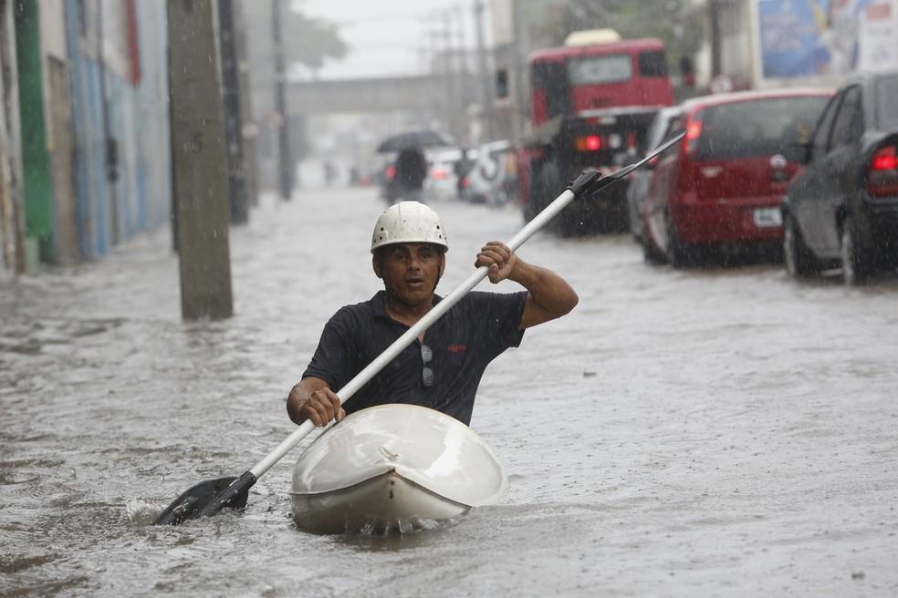 m homem utiliza um caiaque em meio ao alagamento da Avenida Imperial, no bairro de São José, na cidade do Recife (PE), nesta quarta-feira. 31 (Foto: DIEGO NIGRO/JC IMAGEM/ESTADÃO CONTEÚDO)