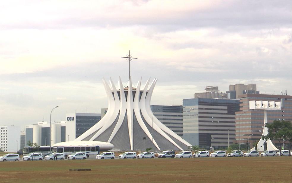 Taxistas estacionam carros na Esplanada dos Ministérios para pressionar pela aprovação do PL nº28/2017 no Senado (Foto: TV Globo/Reprodução)