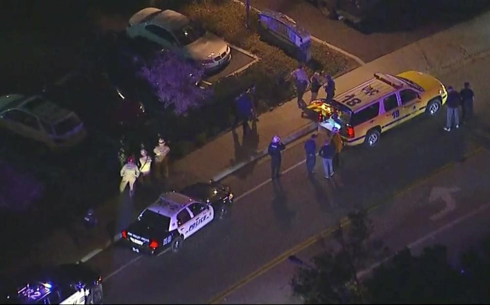 Polícia vai a bar em que houve tiroteio na noite desta quarta-feira (7) na Califórnia — Foto: KABC via AP
