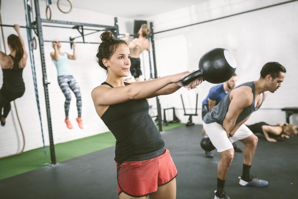 Kettlebell pode ser usado em diferentes exercícios no crossfit (Foto: Getty Images)