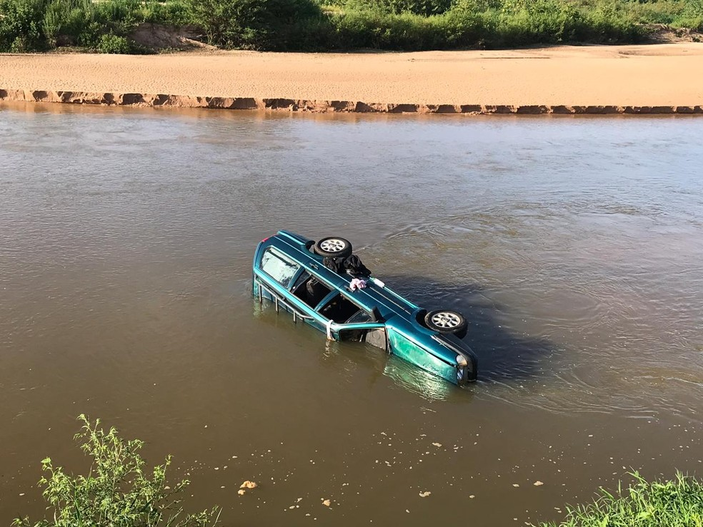 Carro caiu no Rio Santo Anastácio, em Presidente Venceslau — Foto: Blog do Toninho