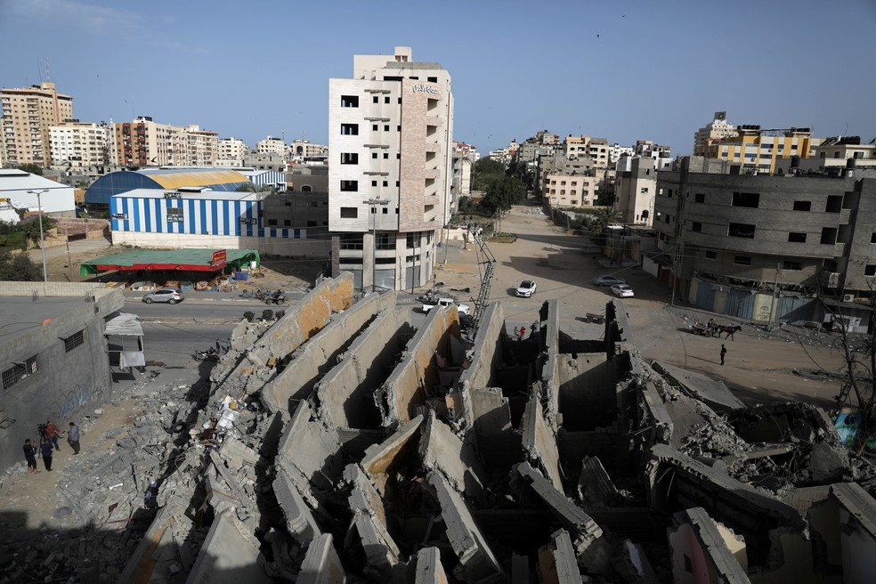 Destroços de edifício distruído por ataque aéreo israelense em Gaza nesta segunda-feira (6) — Foto: Mohammed Salem/Reutes