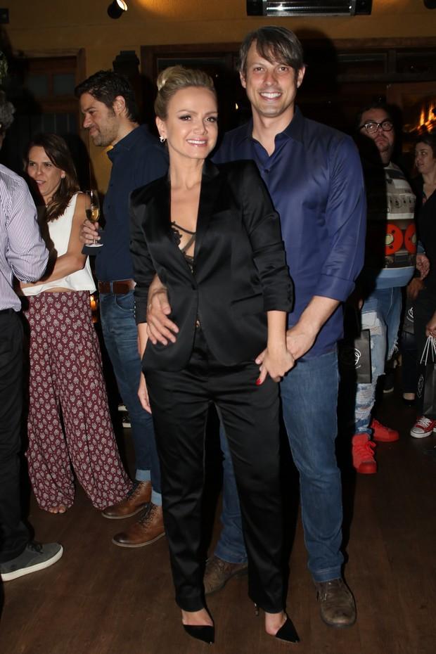 Eliana troca carinhos com o namorado Adriano (Foto: Thiago Duran/AgNews)