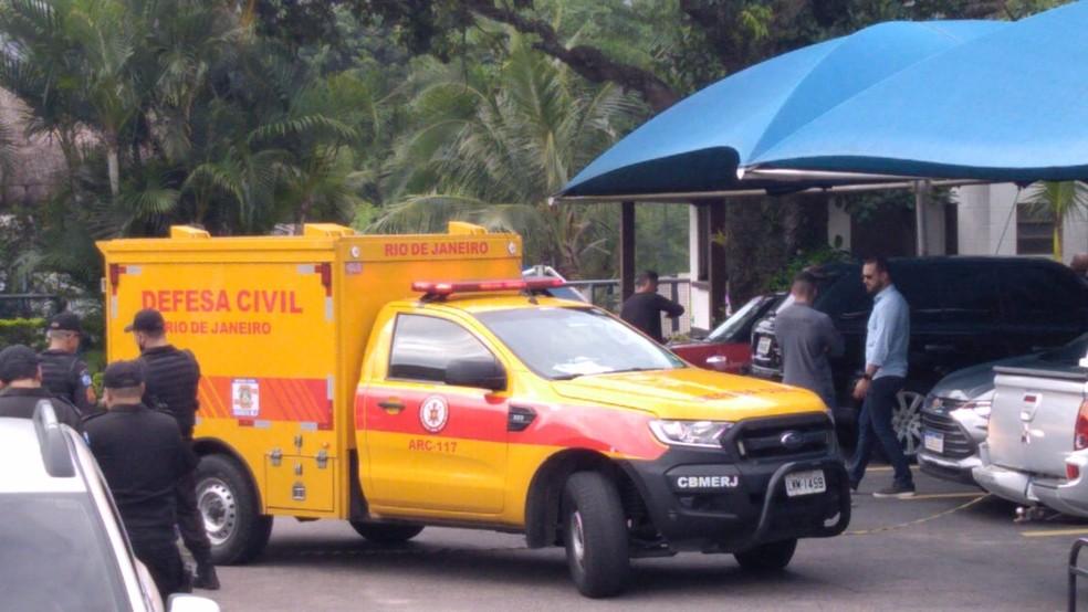 Carro dos bombeiros chega em local onde Fernando Inácio foi assassinado — Foto: Nicolás Satriano/G1