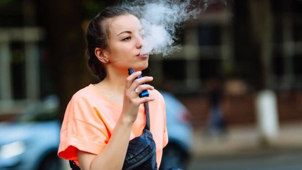 Jovens estão entre os que mais se sentem atraídos pelo cigarro eletrônico — Foto: Getty Images