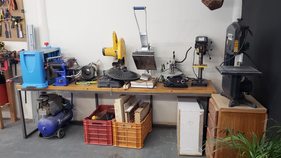 Espaço conta com diversas máquinas e ferramentas para marcenaria, serralheria e eletrônica — Foto: Humberto Trajano/G1