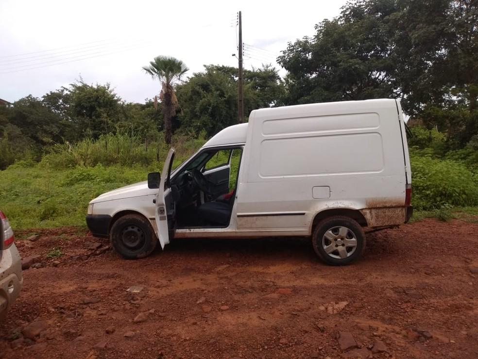 Veículo abandonado pela quadrilha — Foto: Divulgação/ PM Castelo do Piauí