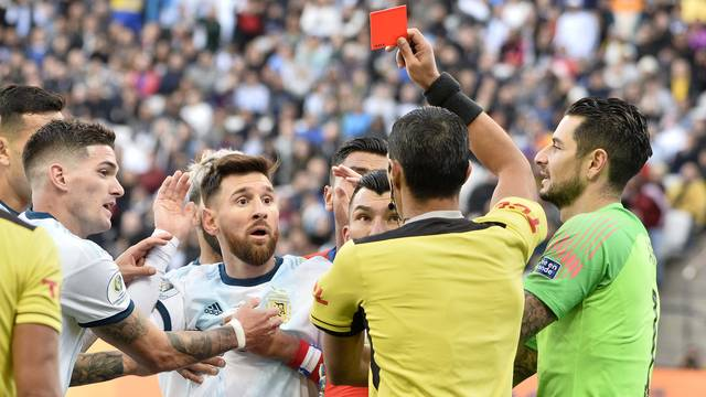 Messi é expulso após confusão com Medel