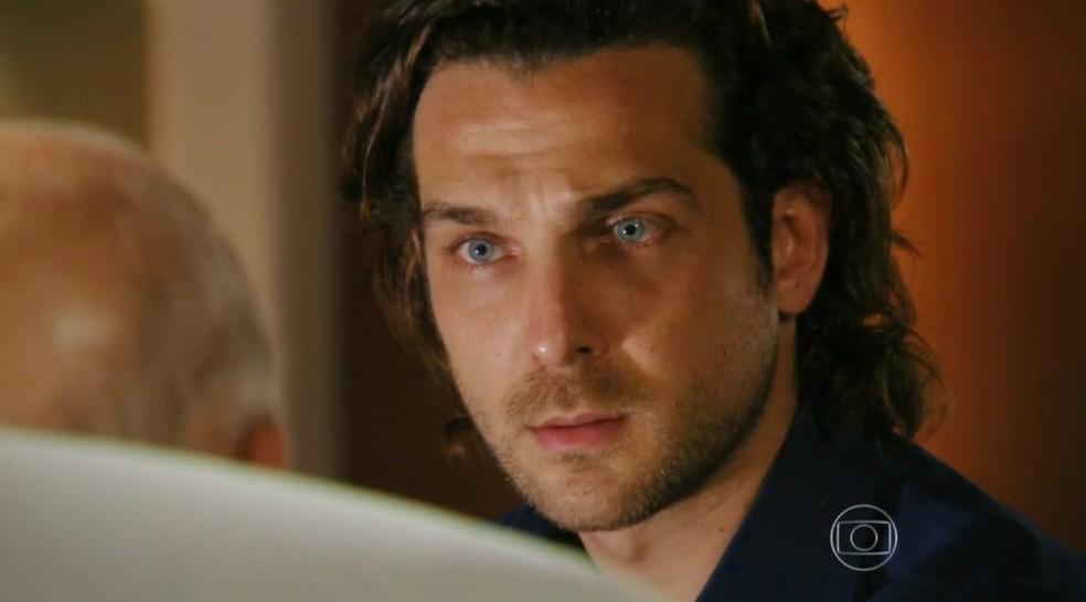 Em 'Flor do Caribe', Alberto (Igor Rickli) fica sabendo a verdade sobre o passado de seu avô — Foto: Globo