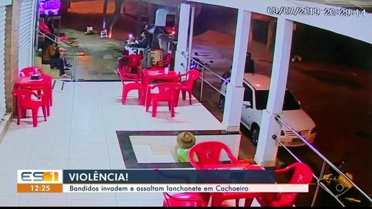 Câmeras flagram assalto a clientes de lanchonete em Cachoeiro, ES