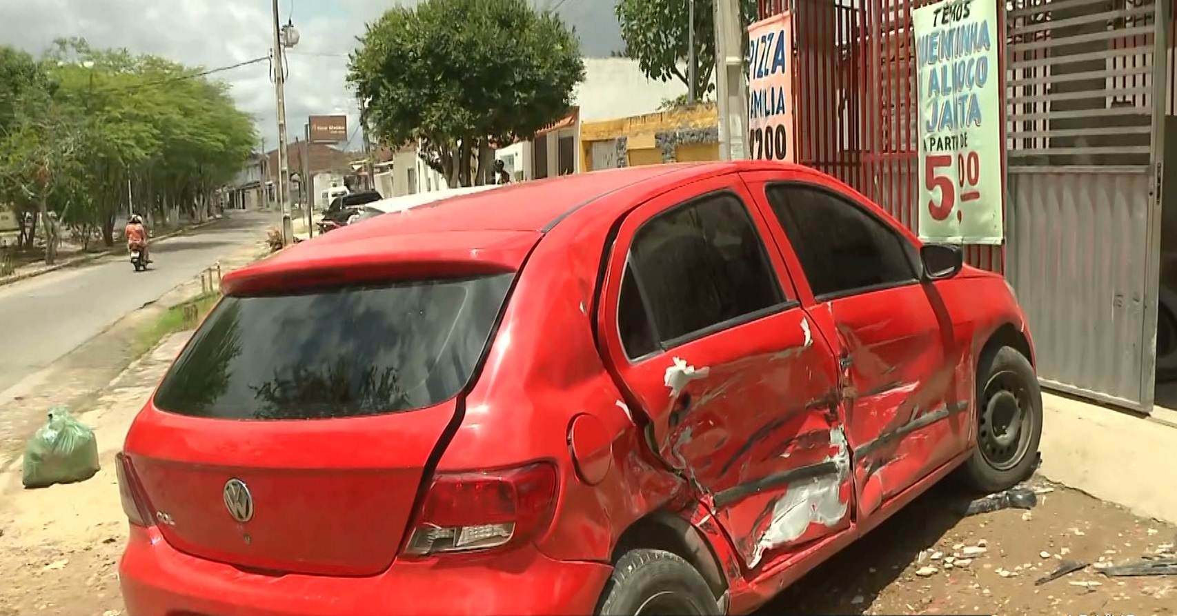 Motorista suspeito de embriaguez bate em 2 carros e derruba portão de casa em Campina Grande