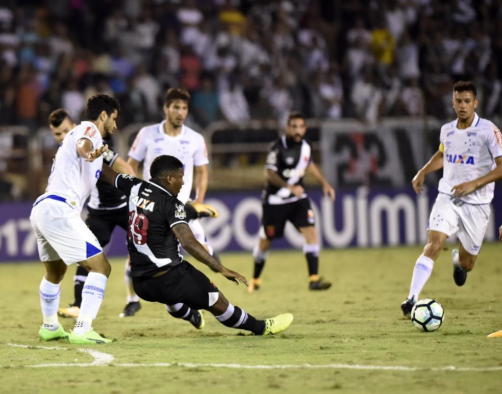 Thalles é marcado por cruzeirenses: centroavante entrou nos dois jogos, mas pouco foi acionado (Foto: André Durão)