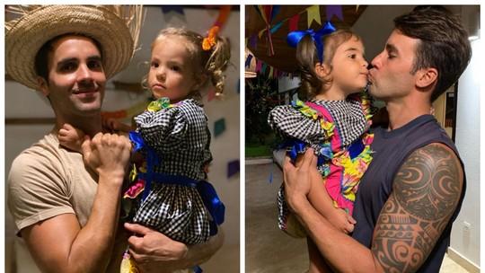 Daniel Cady, marido de Ivete Sangalo, se diverte com as gêmeas Marina e Helena