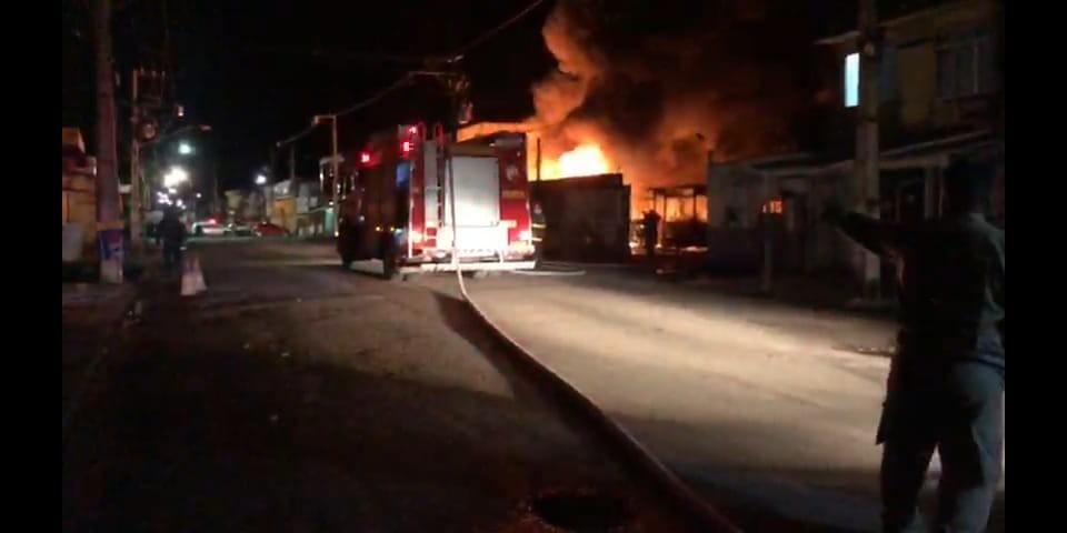 Incêndio atinge garagem de ônibus no bairro da Terra Firme e fogo destrói veículos