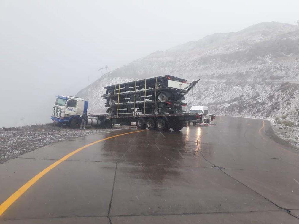 Caminhão ficou a centímetros do precipício — Foto: Pellenz Transportes/Polícia do Chile